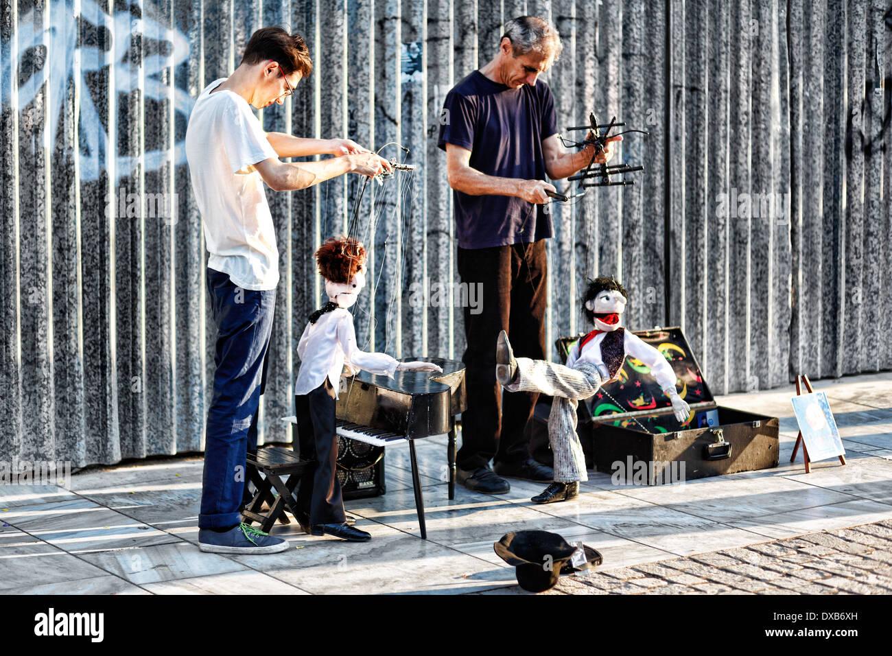 Le prestazioni delle marionette in strada di Atene, Grecia Immagini Stock