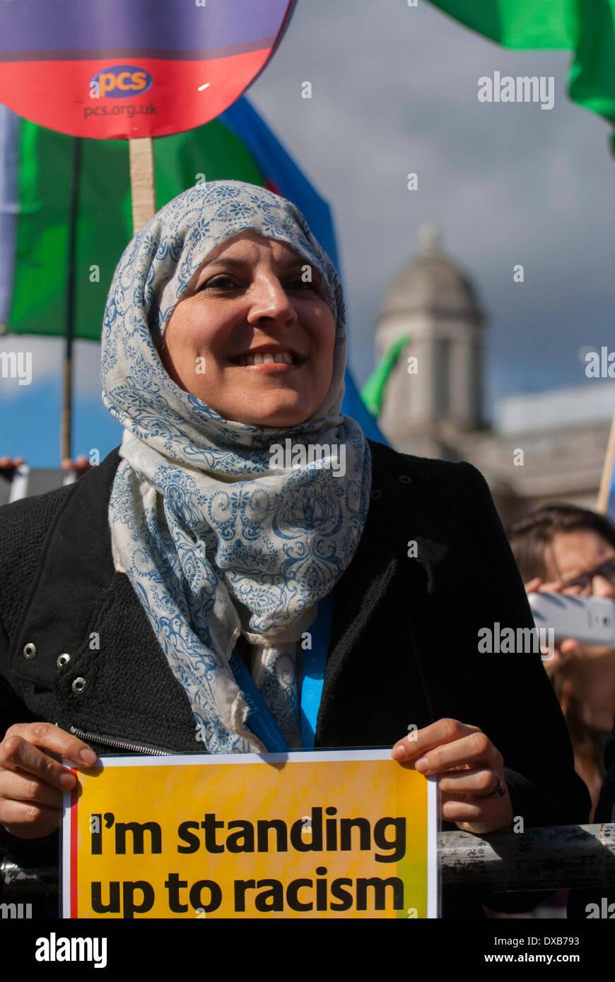 Londra, Regno Unito. Il 22 marzo 2014. Una donna al rally Anti-Racism ascolta per altoparlanti a Londra in Trafalgar Square. Credito: Peter Manning/Alamy Live News Immagini Stock