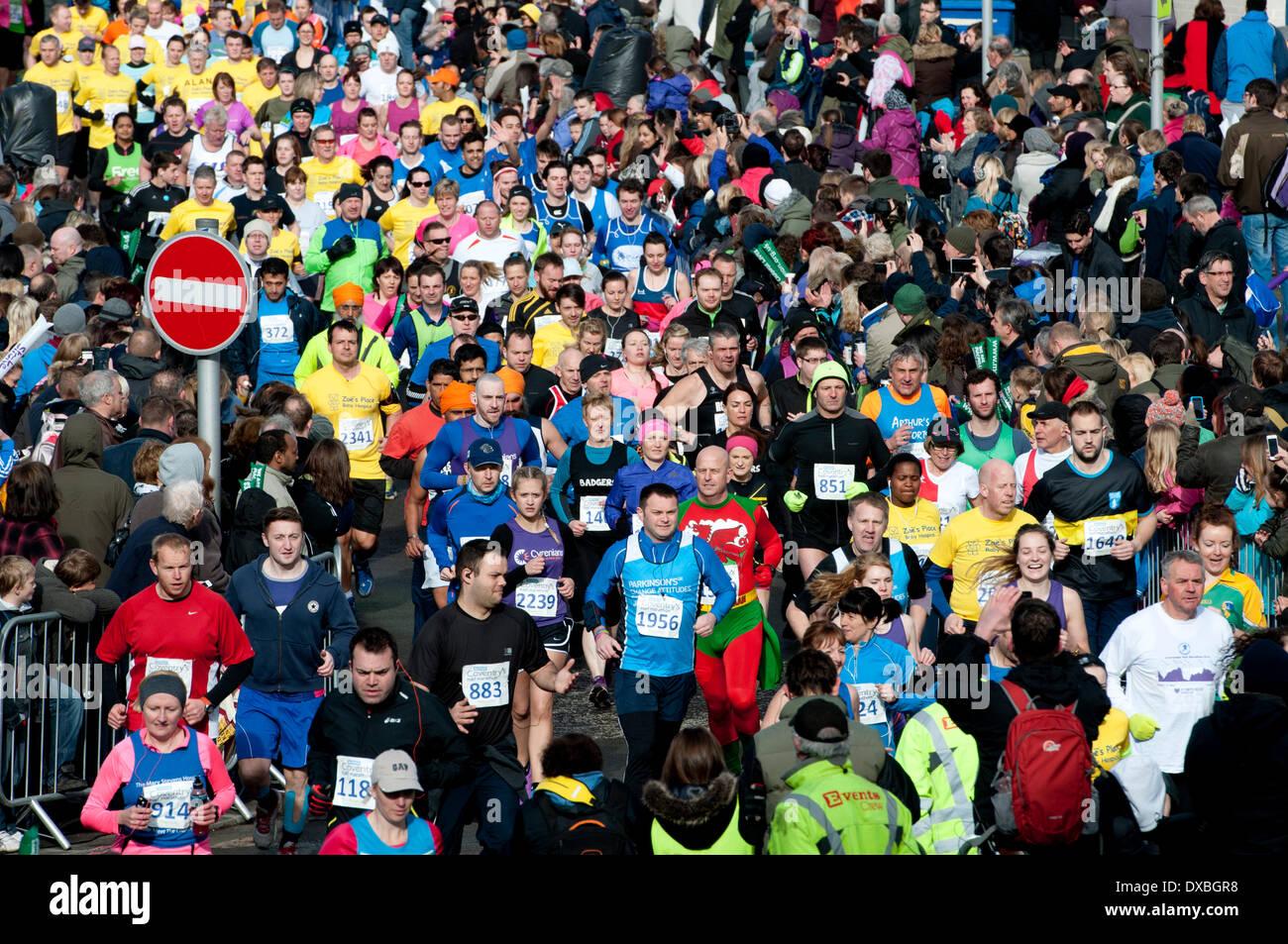 Coventry, West Midlands, Inghilterra, Regno Unito. Il 23 marzo 2014. Guide all'inizio di Decathlon Coventry mezza maratona a Coventry city centre. Credito: Colin Underhill/Alamy Live News Immagini Stock