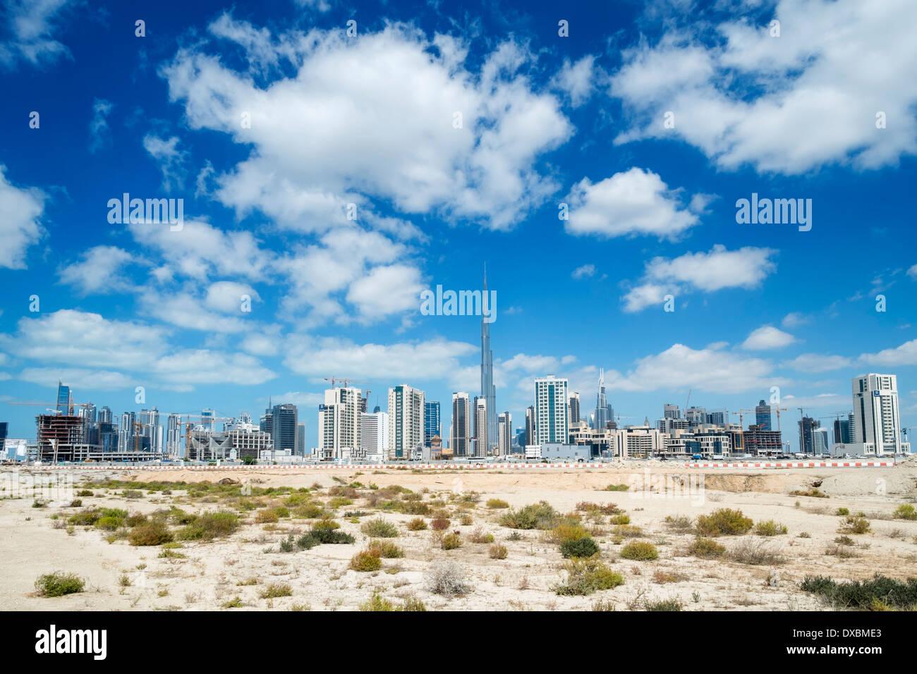 Skyline di Dubai dal deserto in Emirati Arabi Uniti Immagini Stock