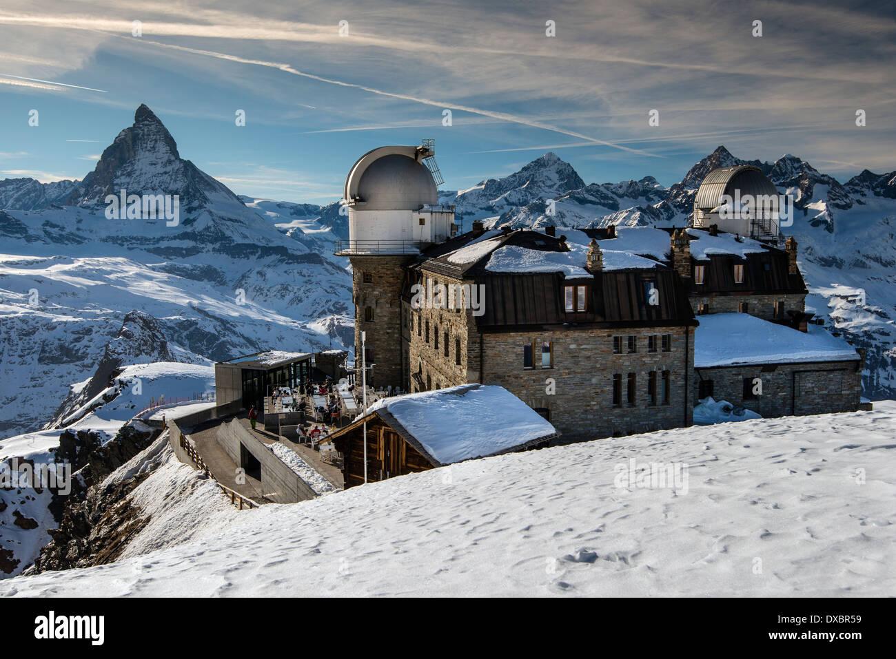 Gornergrat osservatorio astronomico con il Cervino dietro, zermatt wallis o il Vallese, Svizzera Immagini Stock