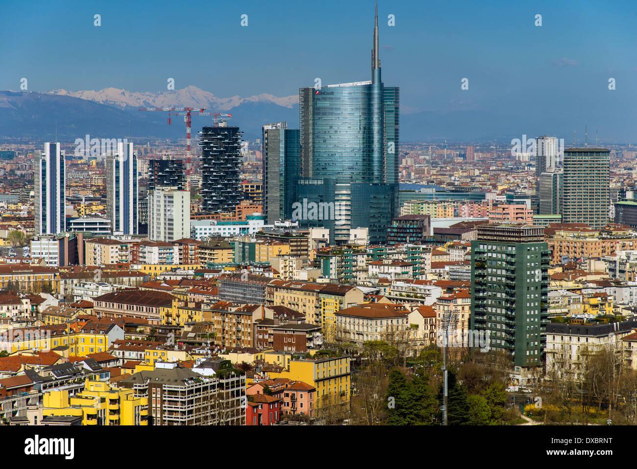 Skyline della città con Porta Nuova quartiere business e le Alpi dietro, Milano, Lombardia, Italia Immagini Stock