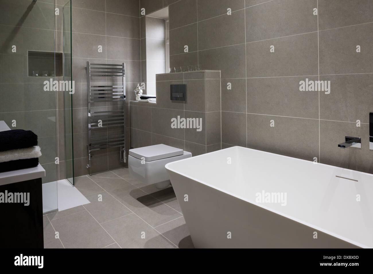 Bagno di lusso con mandarin piastrelle di pietra e pavimento foto