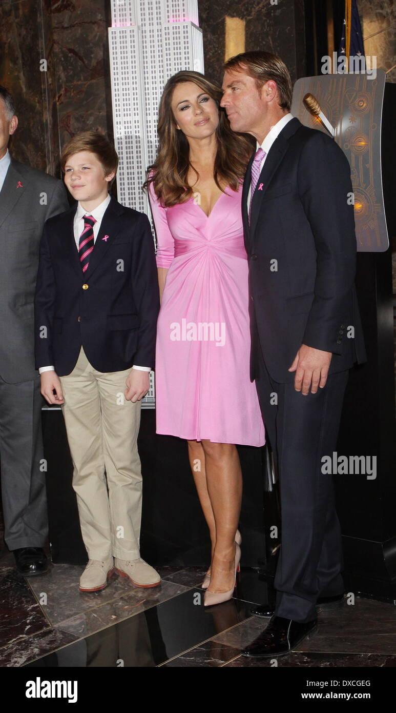 Elizabeth Hurley, figlio di Damian Charles Hurley e il suo fidanzato Shane  Warne Elizabeth Hurley illumina l' Empire State Building rosa per celebrare  il ventesimo anniversario della Estee Lauder società