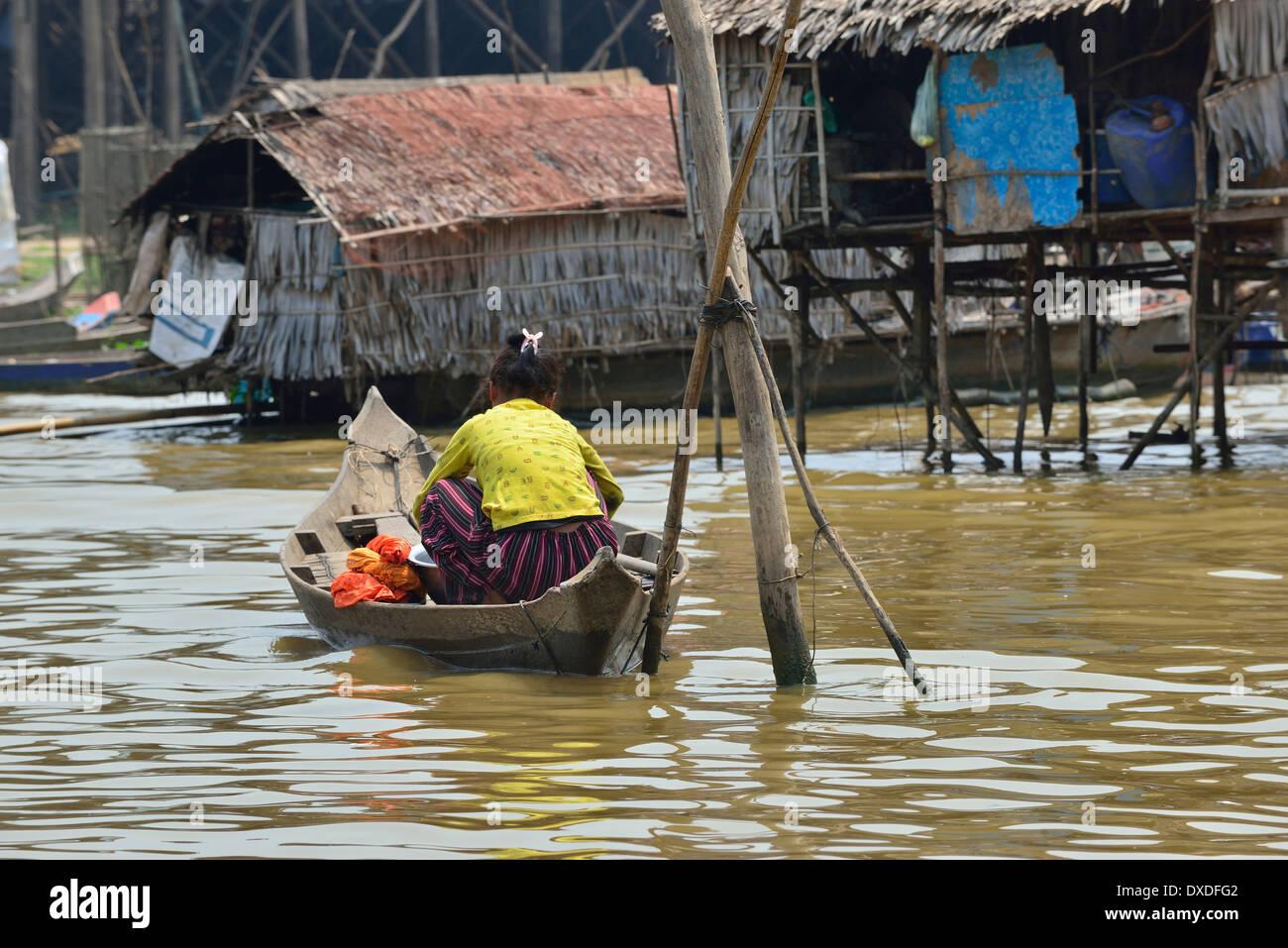 Le barche sono gli unici mezzi di trasporto in questa regione,Donna andando su di lei le faccende quotidiane sul fiume vicino al lago Tonle Sap, Cambogia Immagini Stock
