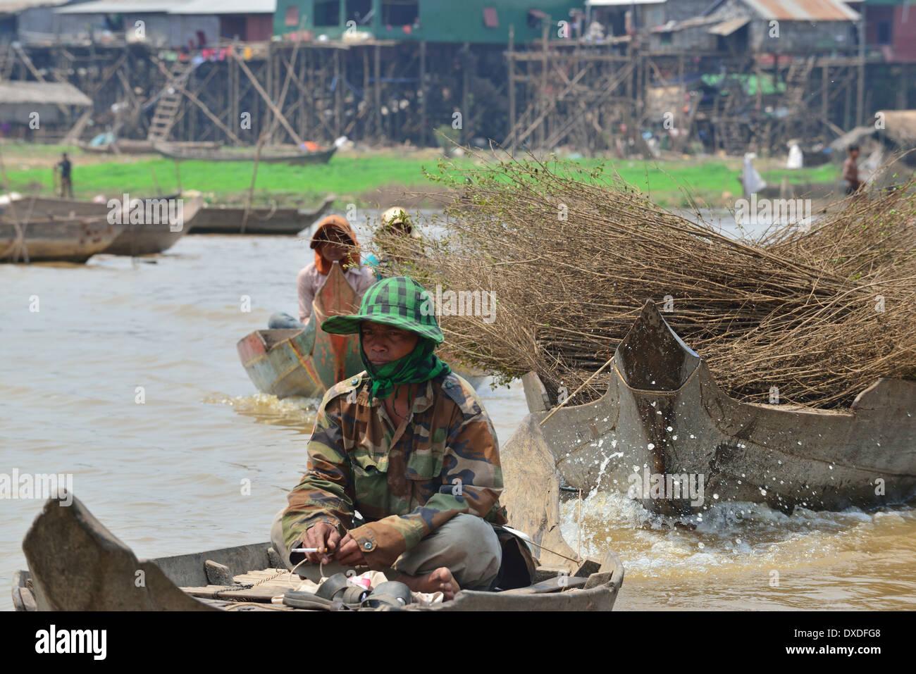 Le barche sono gli unici mezzi di trasporto in questa regione. Pettini per la copertura che viene trainato sul fiume in motoscafo. Villaggio intorno al lago Tonle Sap, Cambogia Immagini Stock