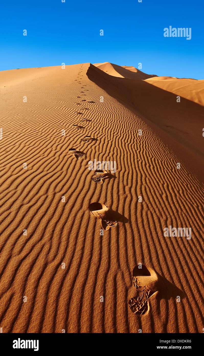 Passi nel Sahara dune di sabbia di Erg Chebbi Marocco Foto Stock