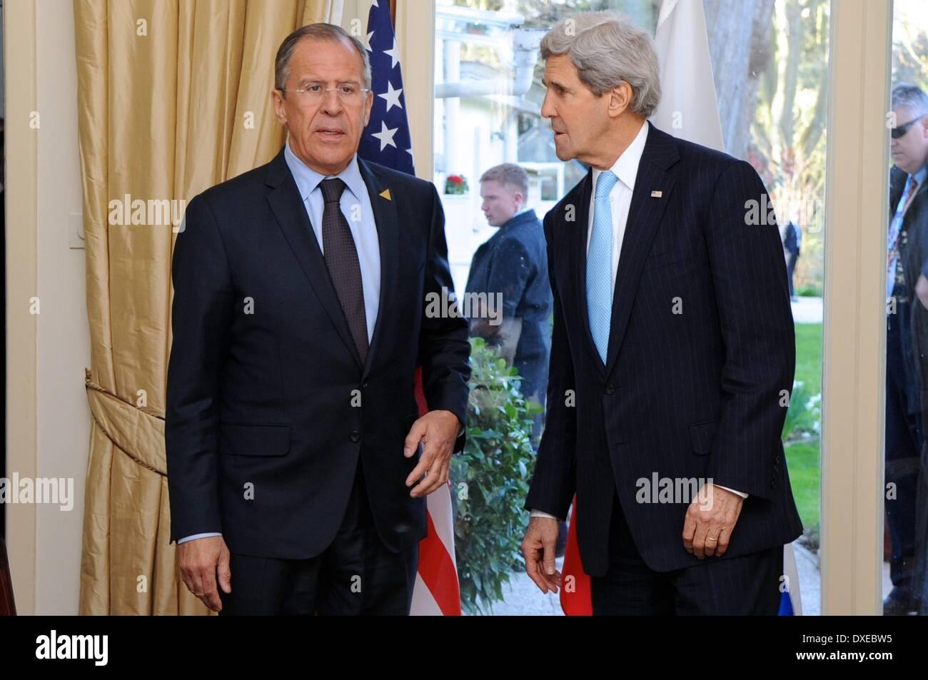 Il Segretario di Stato americano John Kerry si erge con il Ministro degli Esteri russo Sergey Lavrov prima di una riunione durante la sicurezza nucleare Summit 24 marzo 2014 all'Aia, Paesi Bassi. Immagini Stock