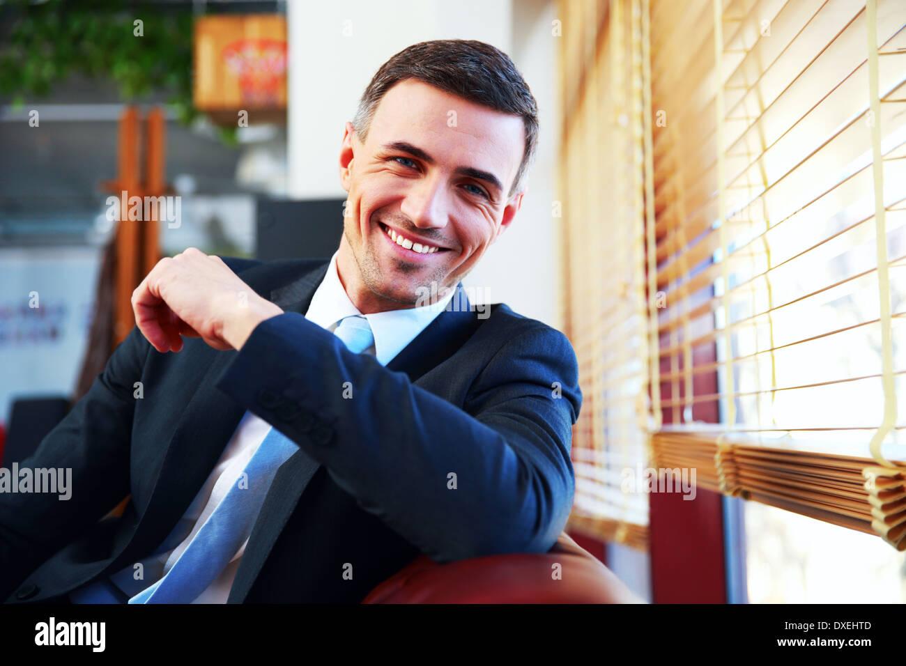 Ritratto di un bel happy businessman in tuta Immagini Stock