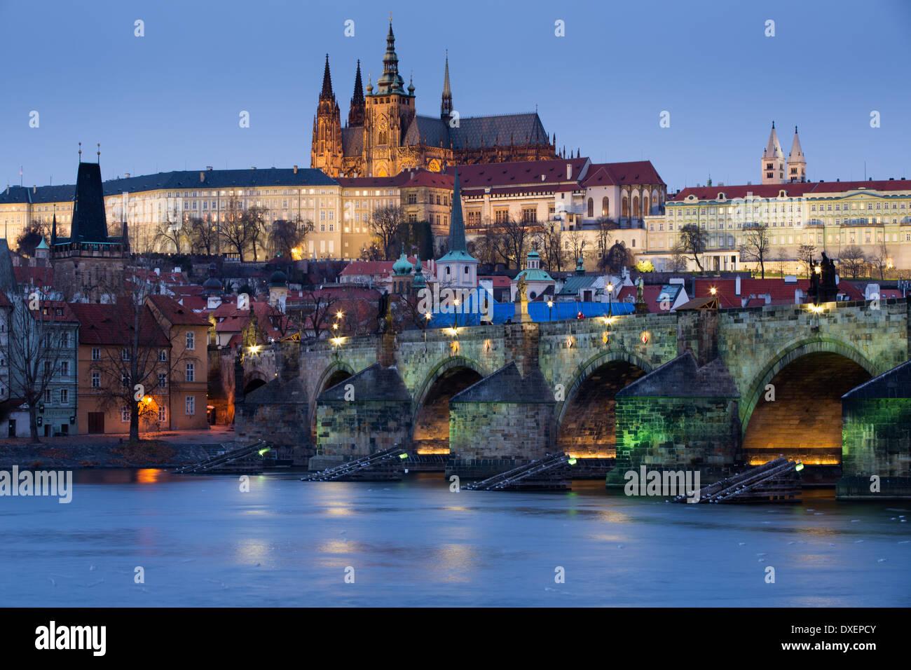 Il quartiere del castello, la Cattedrale di San Vito e il Ponte Carlo sul fiume Moldava al crepuscolo, Praga, Repubblica Ceca Immagini Stock