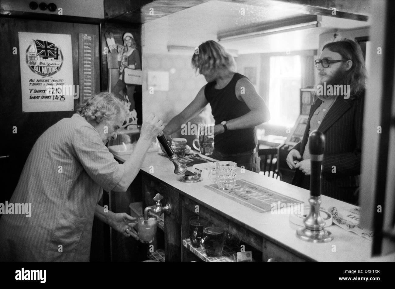 Pub interno Shropshire village locali presso il bar Inghilterra degli anni settanta uk padrona di casa tirando pinta di birra 70s HOMER SYKES Immagini Stock