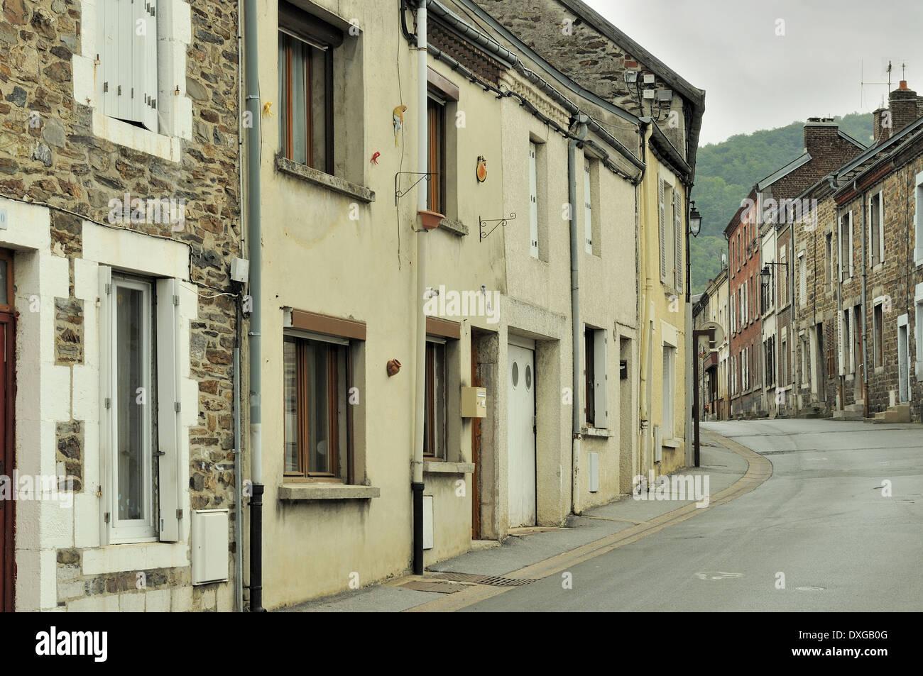 Case In Pietra E Mattoni : Scorcio della strada vuota nel villaggio circondato da antiche