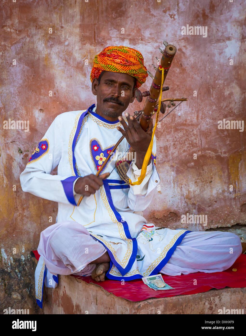 """""""Ravanhatha' una prua strumento a corda è fatto da bambù e guscio di noce di cocco principalmente dalla Indian giocatore stesso Immagini Stock"""