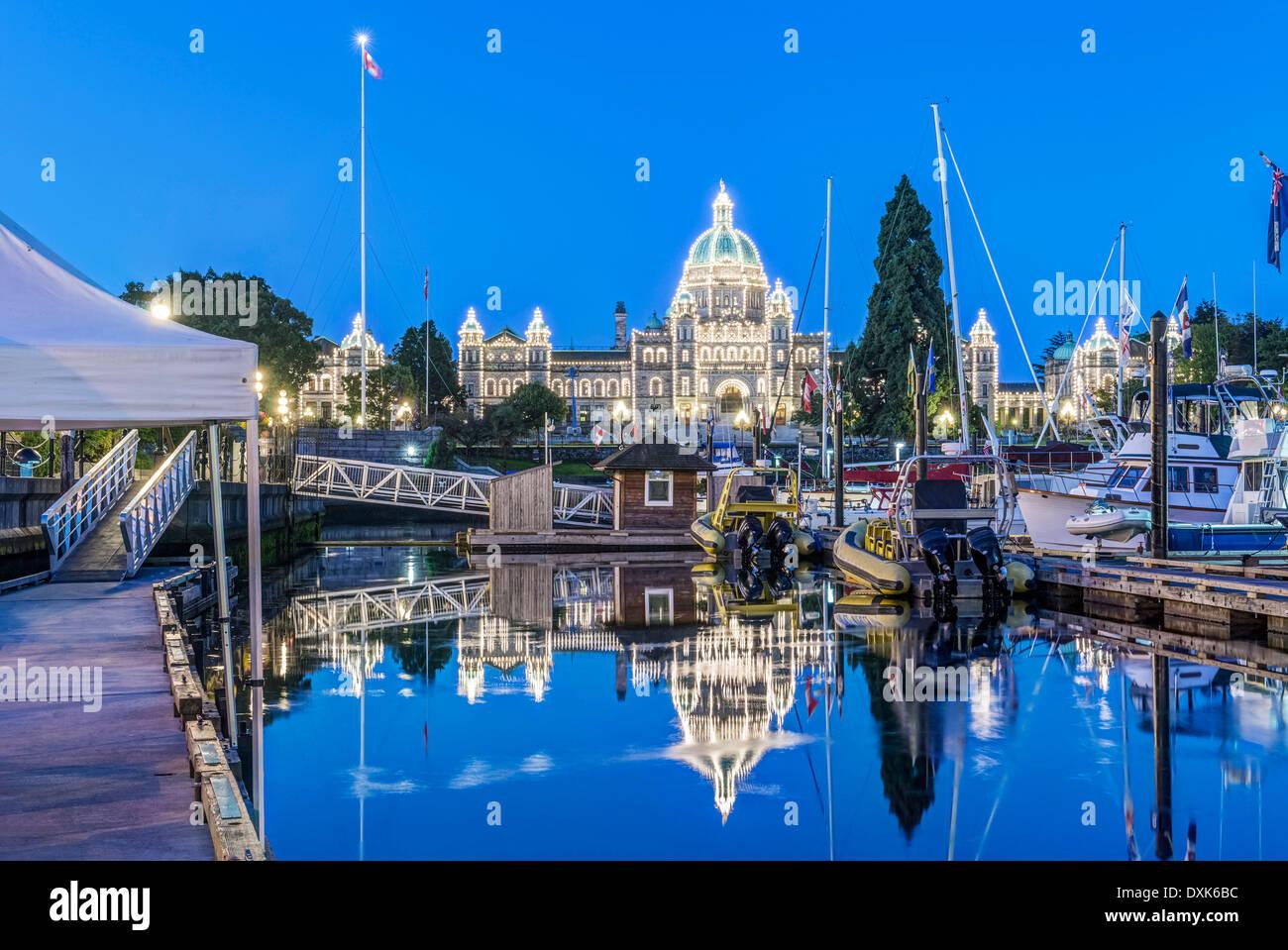 Gli edifici del Parlamento europeo e del porto illuminato all'alba, Victoria, British Columbia, Canada Immagini Stock