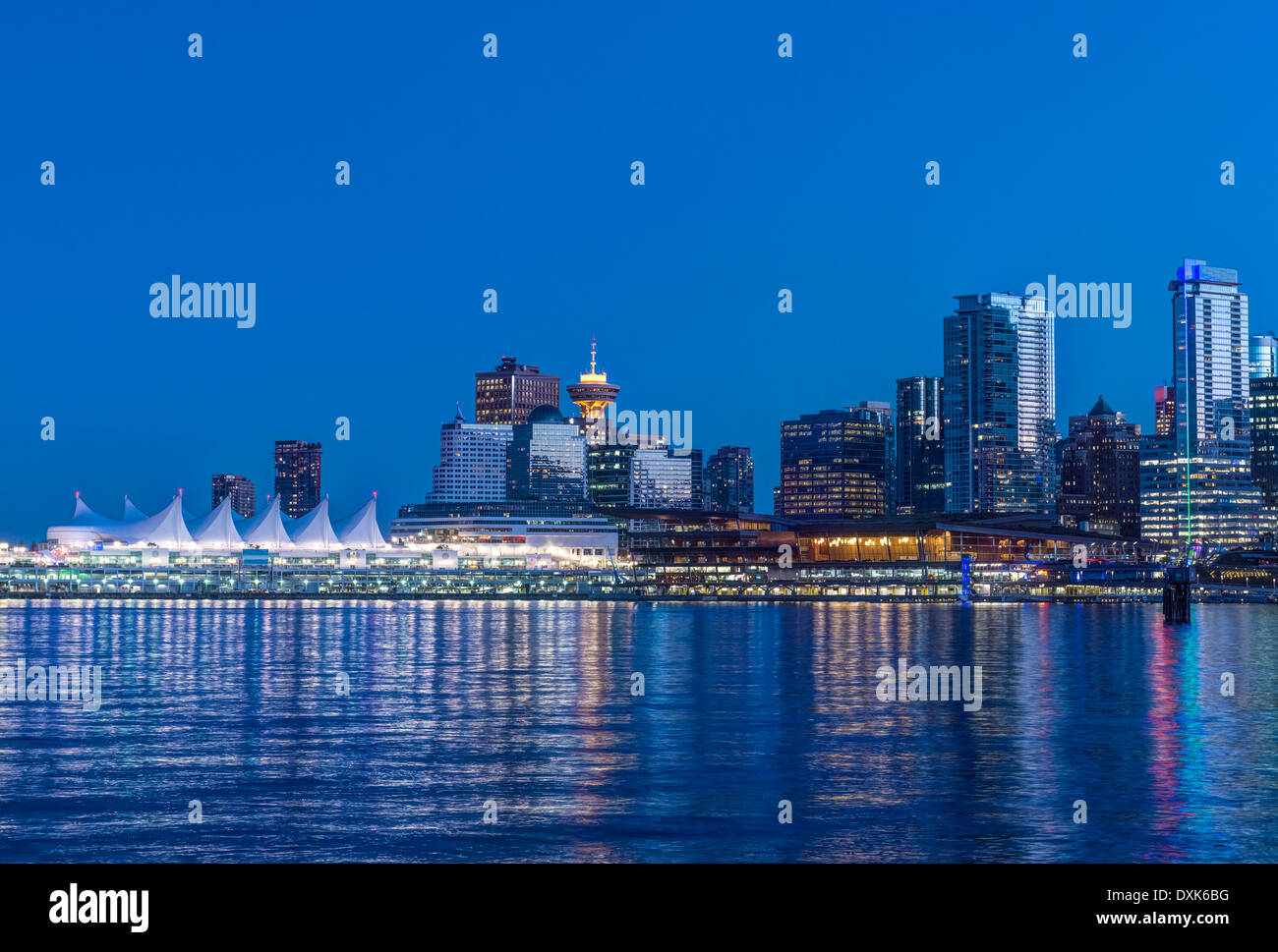 Waterfront skyline illuminata di notte, Vancouver, British Columbia, Canada, Immagini Stock