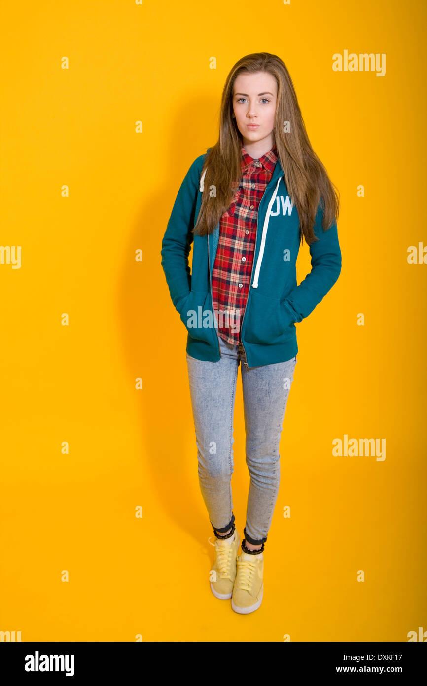 Bella ragazza adolescente di indossare una felpa. Immagini Stock