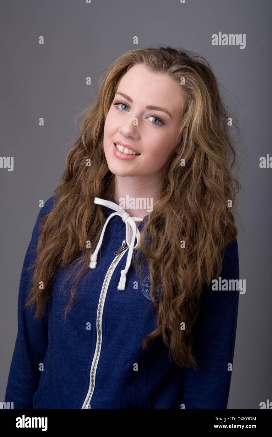 Ritratto di una bella ragazza adolescente indossare una felpa con cappuccio. Immagini Stock