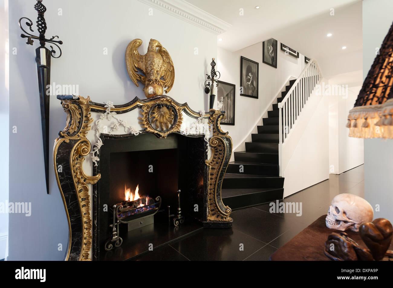 Impero dorato caminetto in stile da nicholas haslam in corridoio