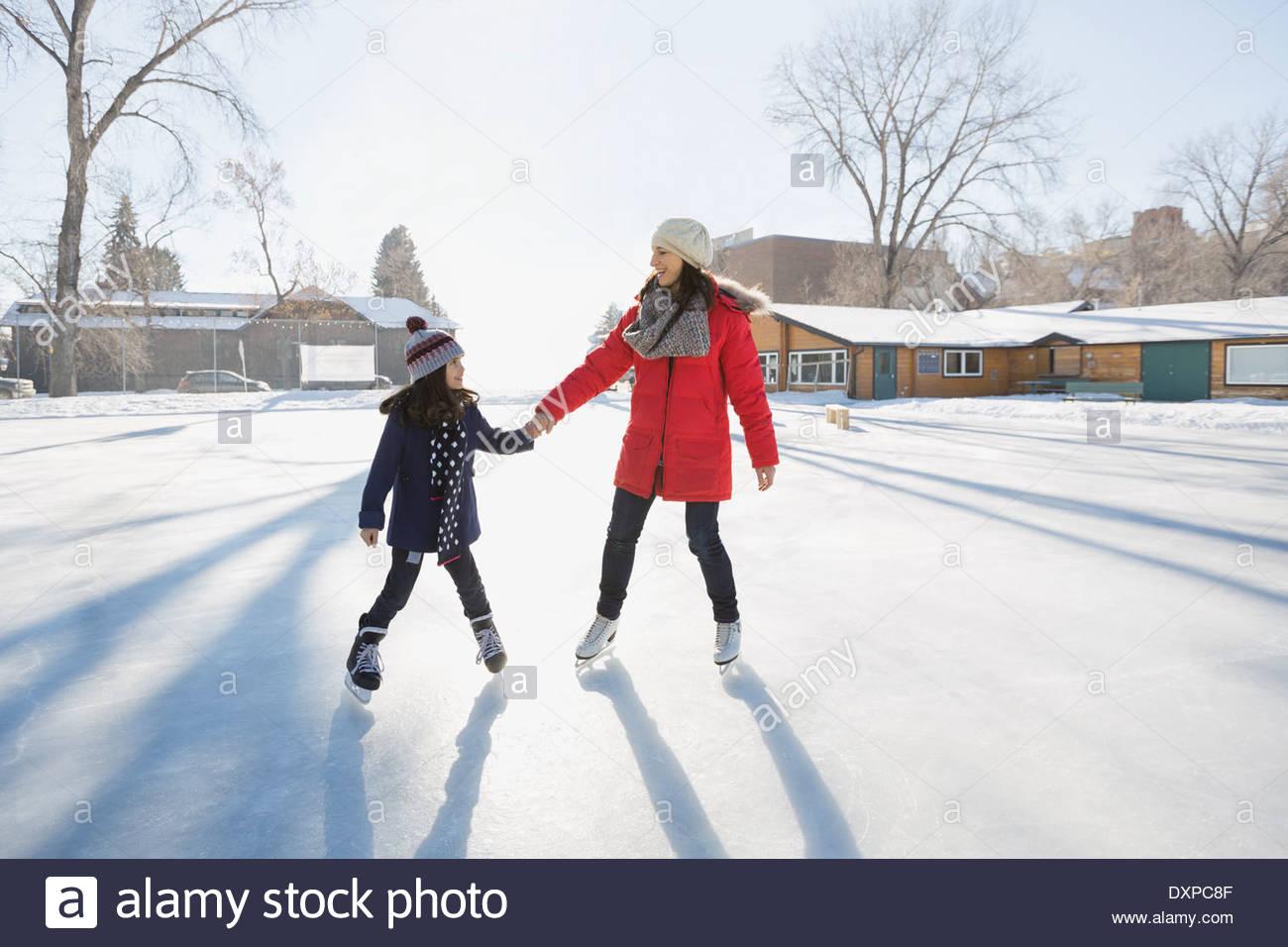 Madre e figlia pattinaggio su ghiaccio Immagini Stock