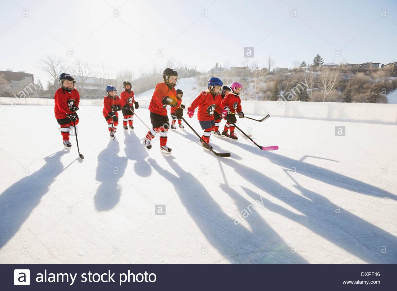 Di hockey a pattinare sulla pista di pattinaggio all'aperto Immagini Stock