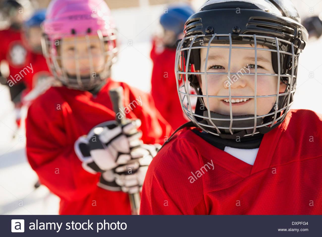 Ritratto di carino boy in ice hockey Casco Immagini Stock