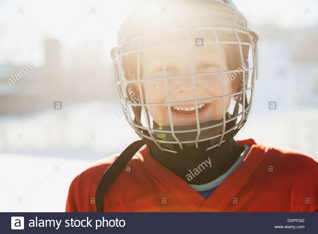 Ritratto di ragazzo sorridente in ice hockey Casco Immagini Stock