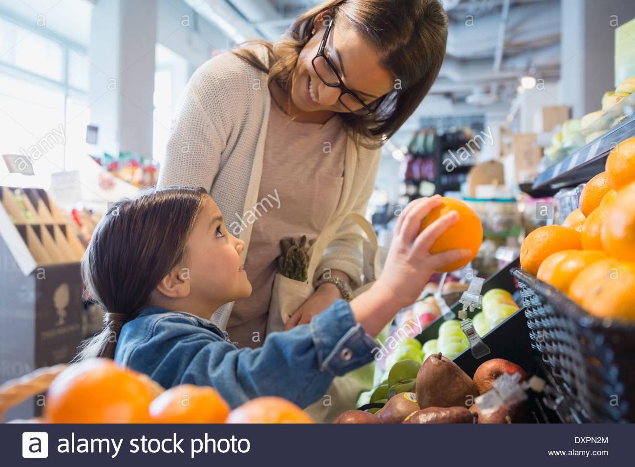 Madre e figlia shopping per produrre nel mercato Immagini Stock