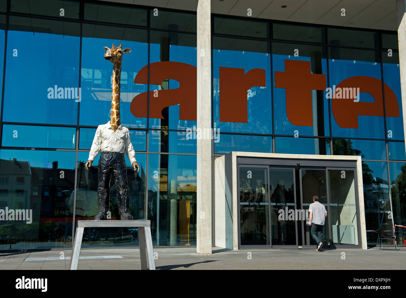 La scultura Homme-Girafe da Stefan Balkenhol presso la sede del franco-tedesco di rete TV ARTE, Strasburgo, Alsazia, Francia Immagini Stock