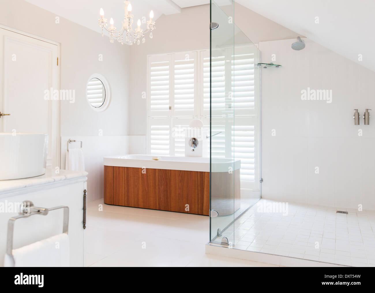Lampadario sopra una vasca in bagno moderno foto & immagine stock