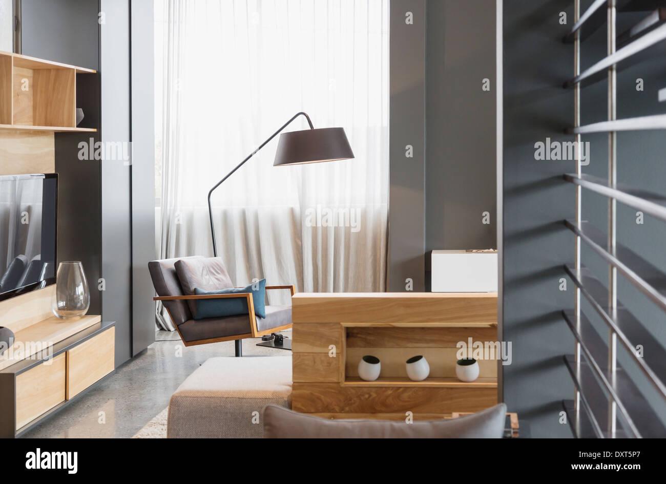 Poltrona e lampada in soggiorno moderno Foto & Immagine ...
