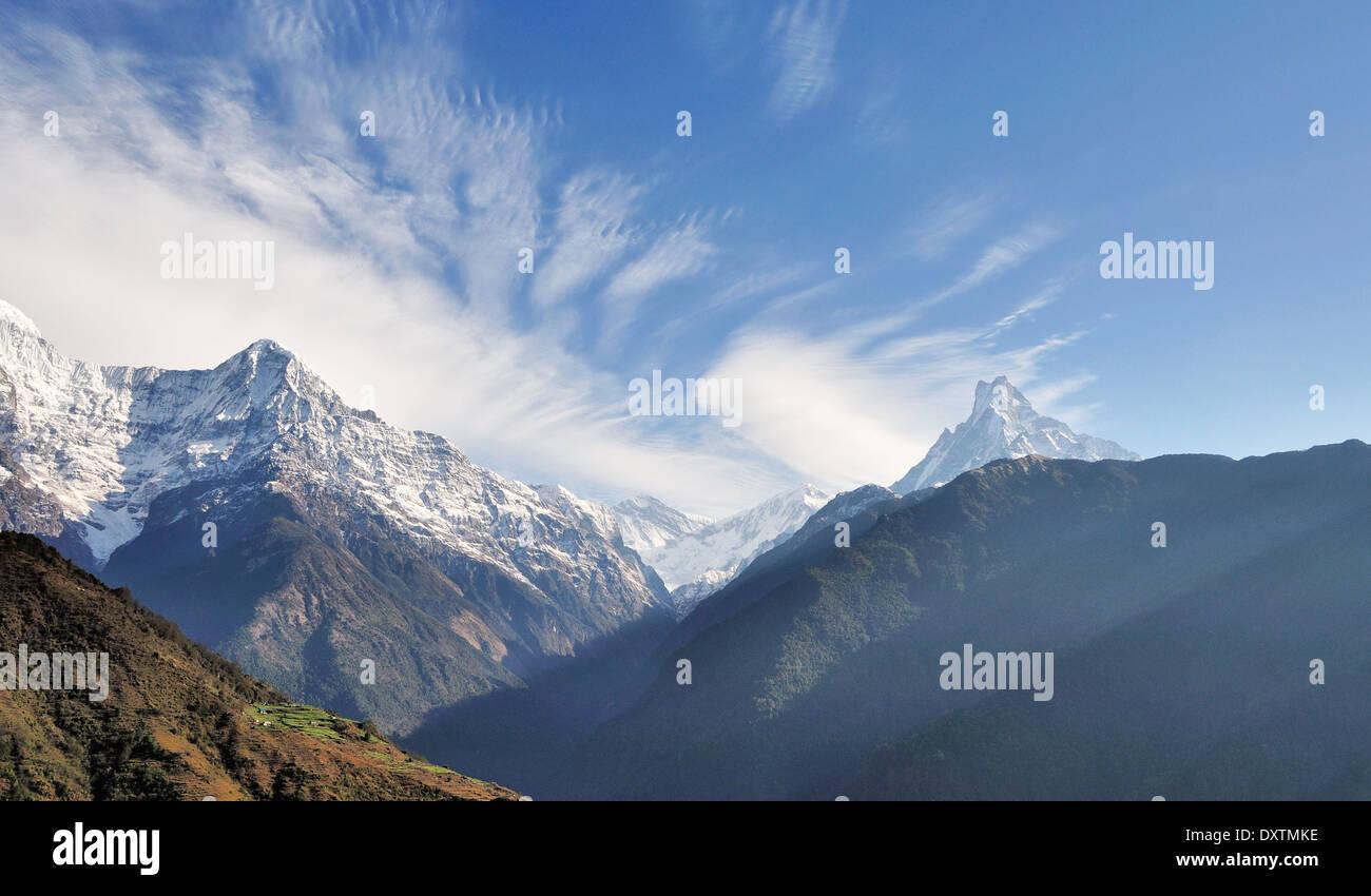 Annapurna Mountain, Himalaya Nepal visto da un villaggio mentre trekking dell'Annapurna. Immagini Stock
