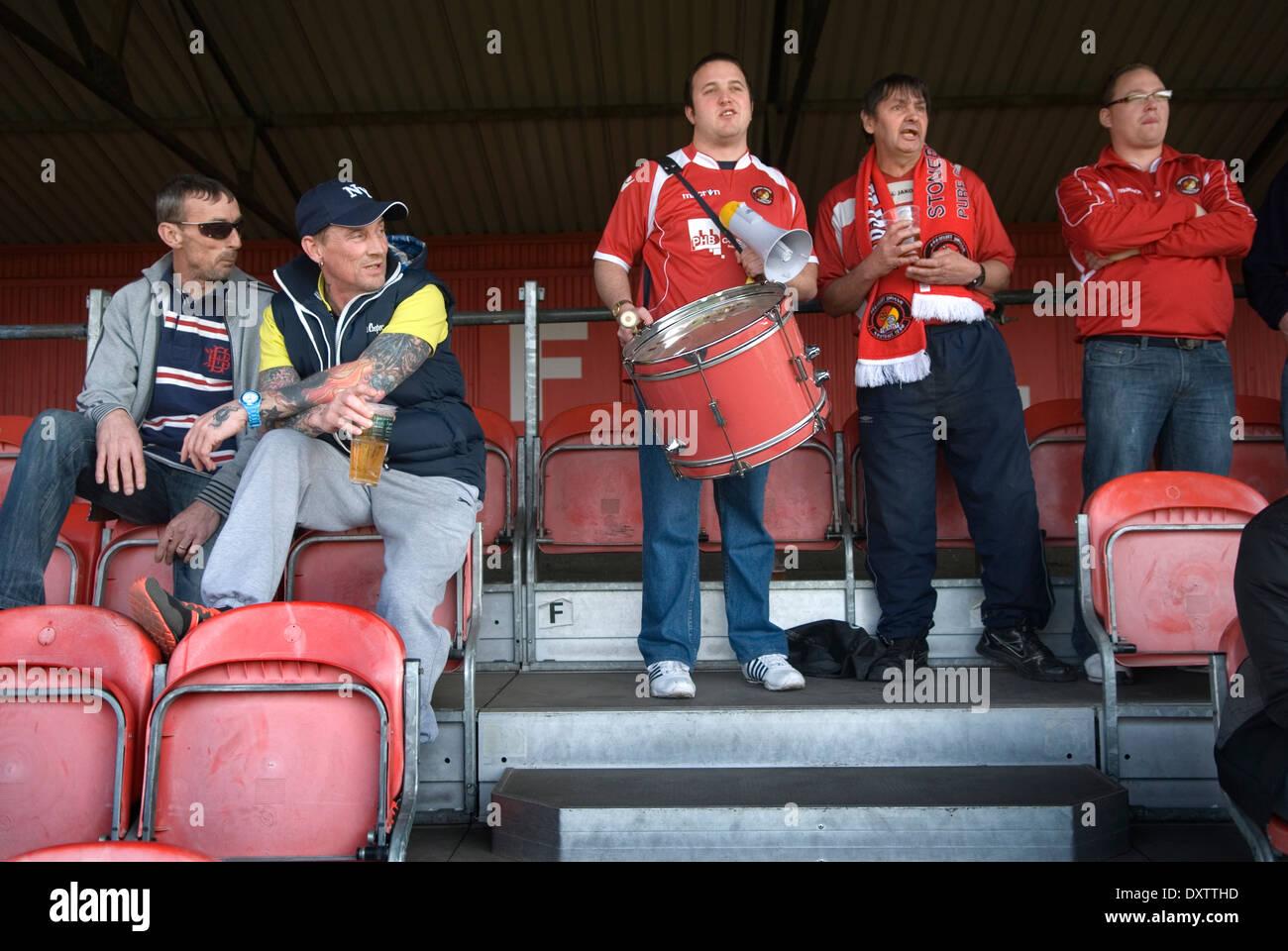 La flotta team Football Supporters presso l' estremità home'. Ebbsfleet v Tunbridge. Valle Ebbsfleet Kent REGNO UNITO. Immagini Stock