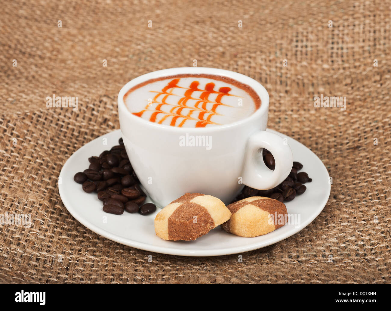 Cappuccino, biscotti e i chicchi di caffè Immagini Stock