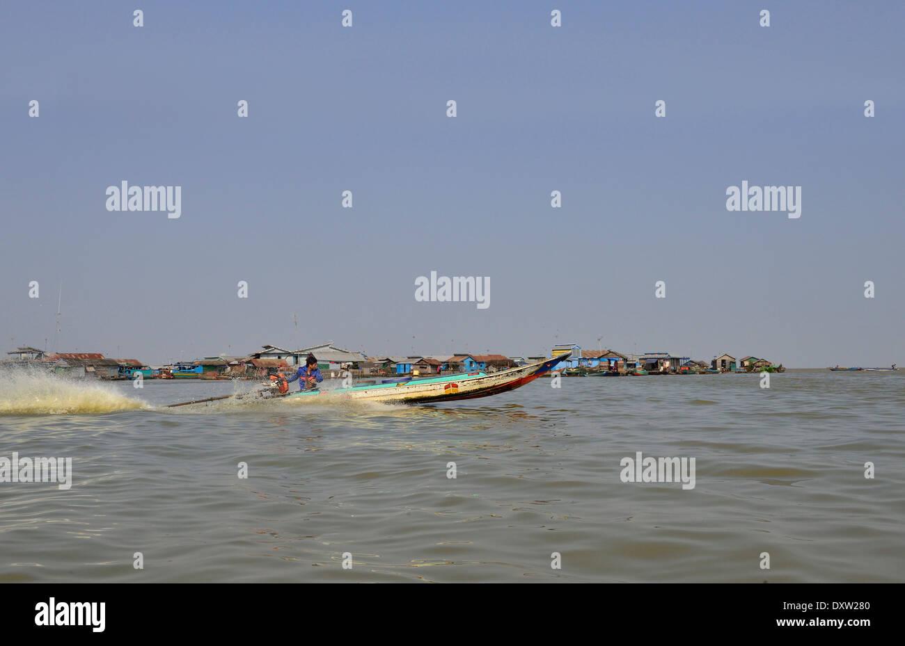 """Cambogiano in alta velocità barca, """"long tail',come un mezzo di trasporto : case galleggianti e Houseboats.Lago Tonle Sap,Cambogia Immagini Stock"""