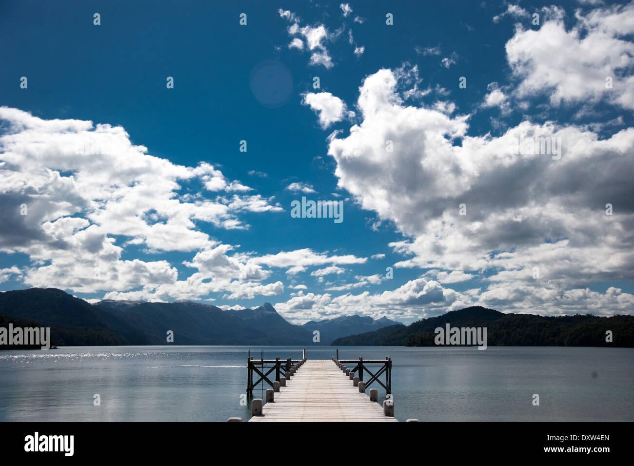 El Muelle al cielo - lago espejo - Camino de los 7 Lagos Immagini Stock