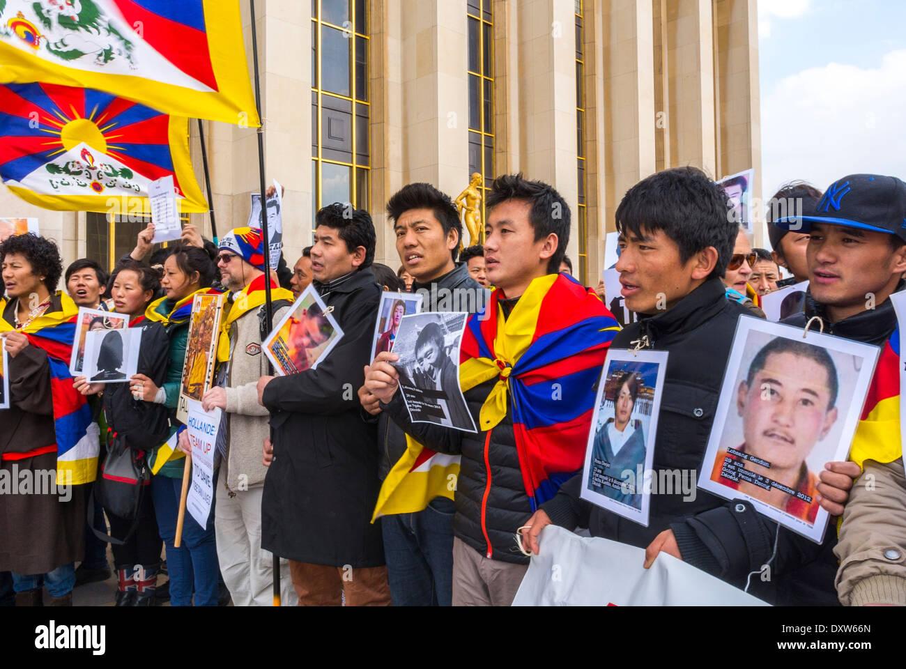 Parigi, Francia. La Comunità tibetana di Francia e amici ha invitato i cittadini francesi a mobilitarsi massicciamente e attivamente durante la visita del presidente cinese a Parigi . Questa mobilitazione dei cittadini deve mettere in luce la triste situazione del Tibet nella scena pubblica e dovremmo cogliere questa occasione per ricordare al Presidente cinese che la politica cinese in vigore in Tibet è un fallimento e contro la produttività . La vecchia ricetta politica per il marciume e il bastone è un anacronismo quando il tempo è il riconoscimento muto dei popoli. Foto Stock
