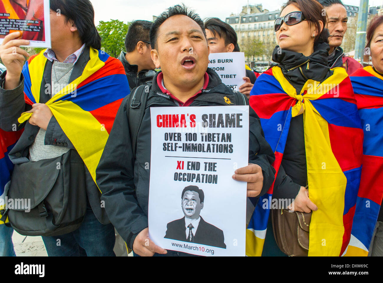 Folla, Tibetano, Comunità etniche taiwanesi di Francia, e amici hanno chiesto ai cittadini francesi di mobilitarsi durante la visita del presidente cinese Xi Jinping a Parigi, proteste per i diritti dei cittadini, proteste contro la cina Foto Stock