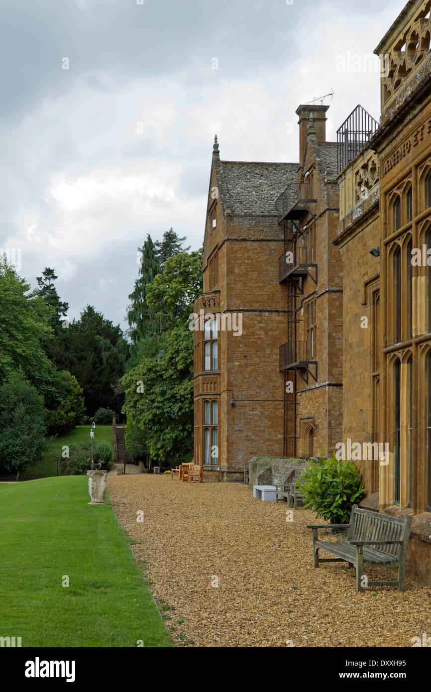 Vista posteriore del Wroxton abbazia, una casa giacobino, Wroxton, Oxfordshire, Gran Bretagna. Immagini Stock
