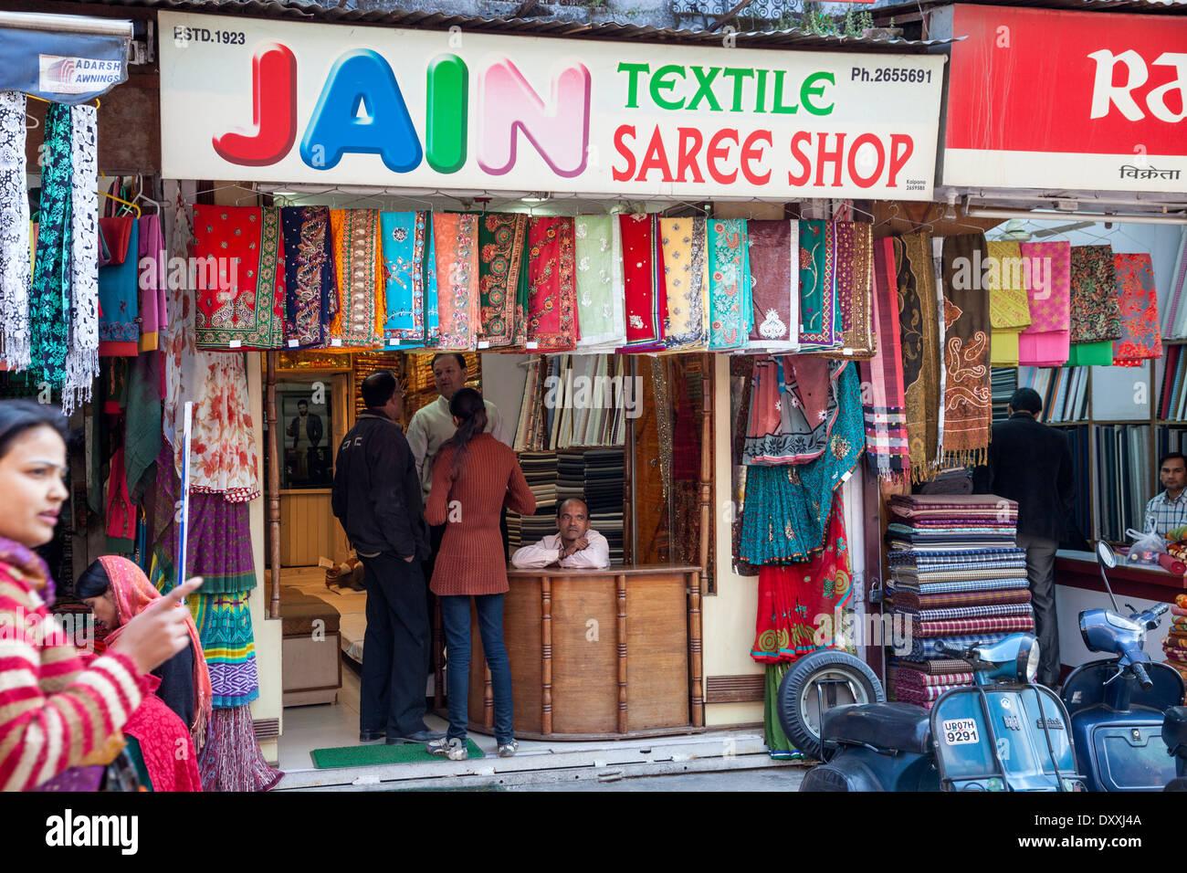 India, Dehradun. Coppia giovane Shopping in un negozio di Saree. Immagini Stock