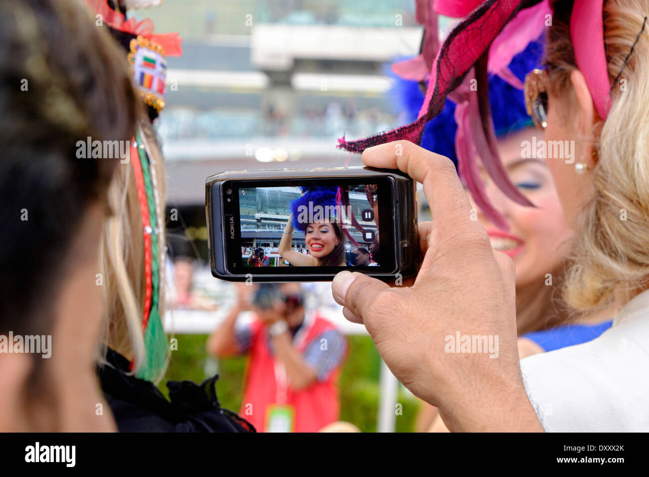 Femmina di spettatori a Dubai World Cup Horse Racing Championship all Ippodromo di Meydan in Dubai Emirati Arabi Uniti Immagini Stock