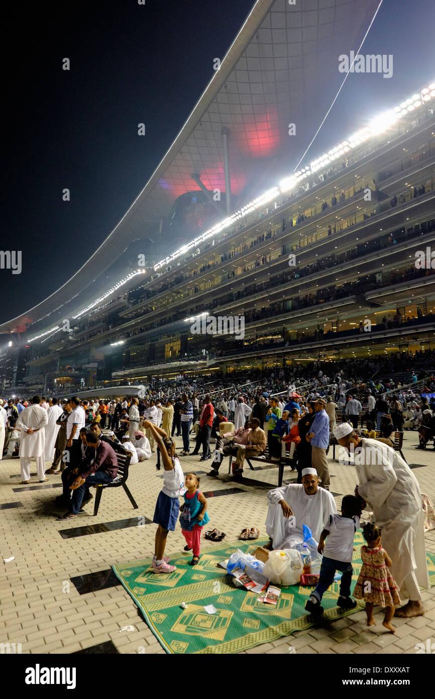 Gli spettatori a Dubai World Cup Horse Racing Championship all Ippodromo di Meydan in Dubai Emirati Arabi Uniti Immagini Stock