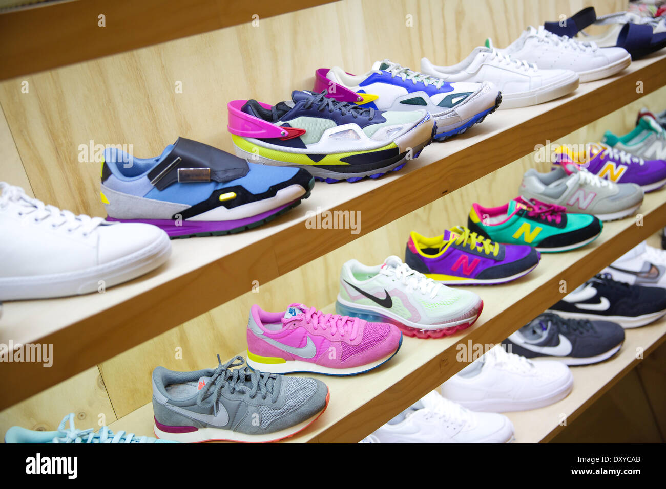 5d3491927e23d Sneakers On Display Store Immagini   Sneakers On Display Store Fotos ...