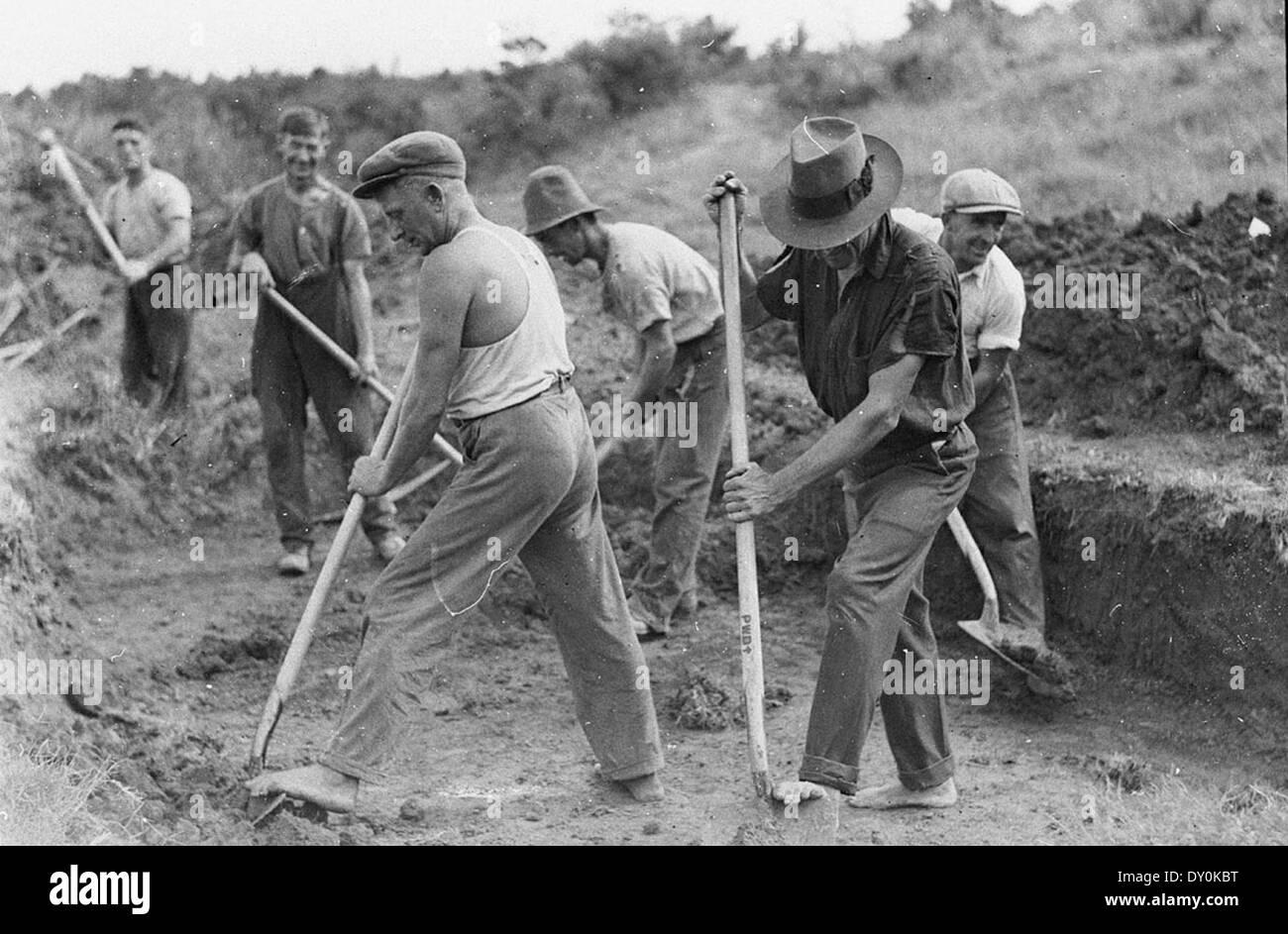 Le bande di uomini sul lavoro di soccorso durante la depressione, 1930s, dalla cappa di Sam Immagini Stock