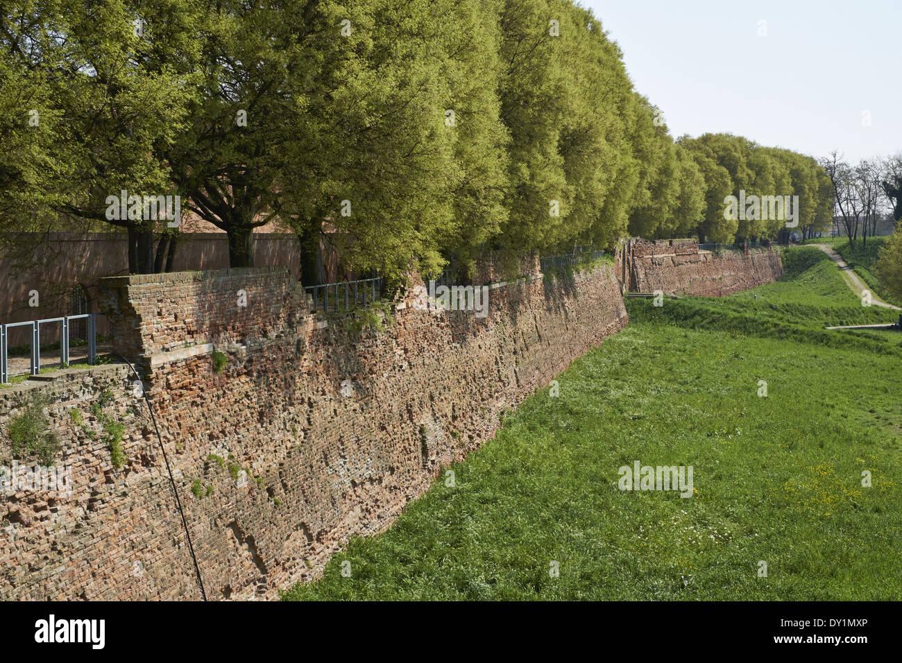 Ferrara, Italia. Città fortificata mura costruite in mattoni del XV e XVI secolo da d i d'Este dynasty Immagini Stock