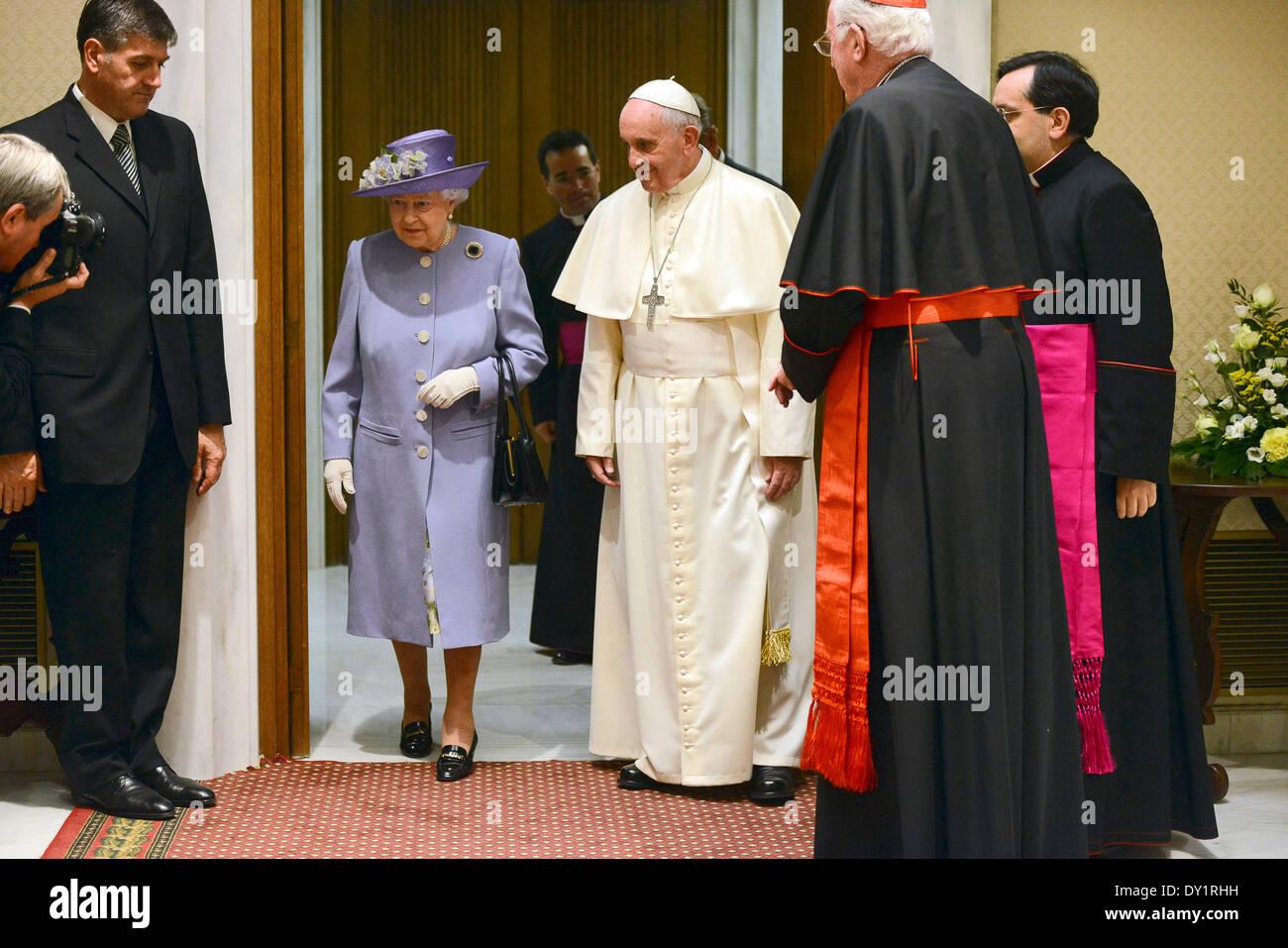 Vaticano Roma Il 3 Aprile 2014 Citta Del Vaticano Aula Paolo Vi Lo Studio Privato Il Santo Padre Francesco Papa Incontra La Regina Del Regno Unito Elisabetta Ii D Inghilterra Accompagnata Dal Principe