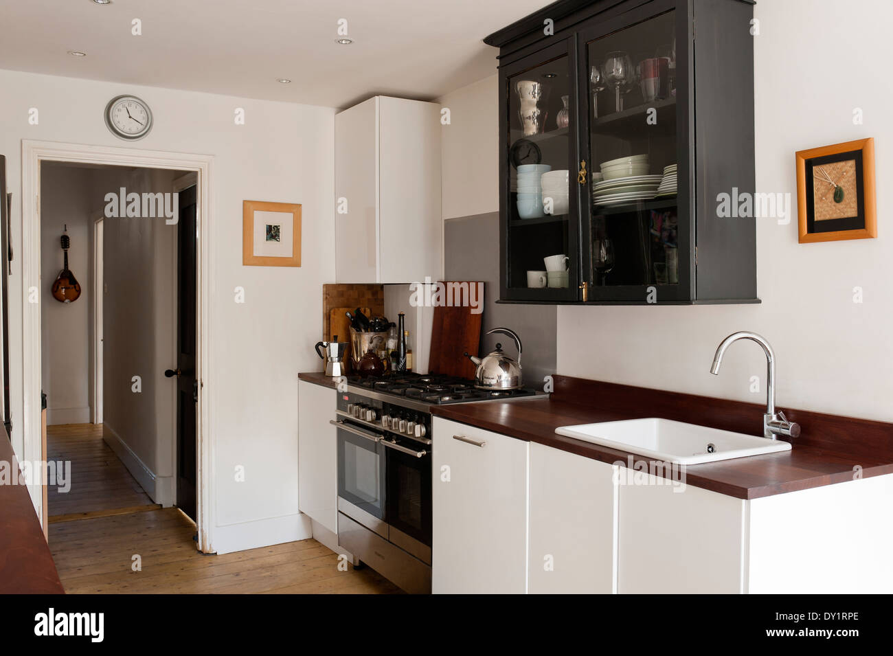 Ikea bianco unità base in cucina con riciclata Iroko di piani di ...