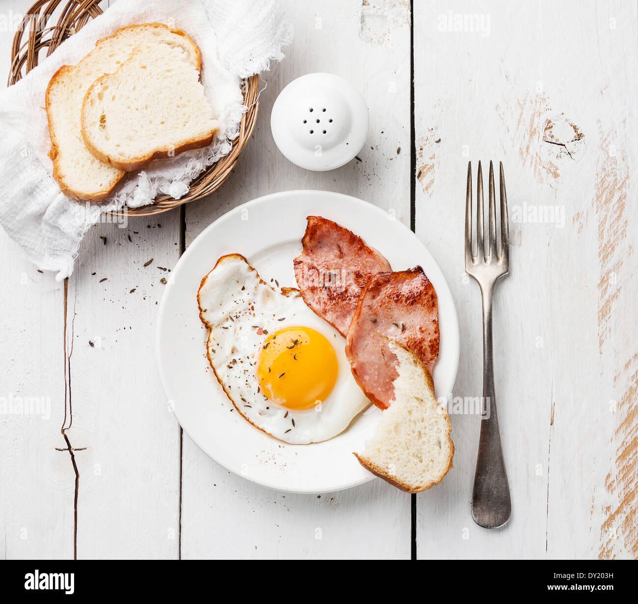 Uovo fritto con salsicce alla griglia per la prima colazione Immagini Stock