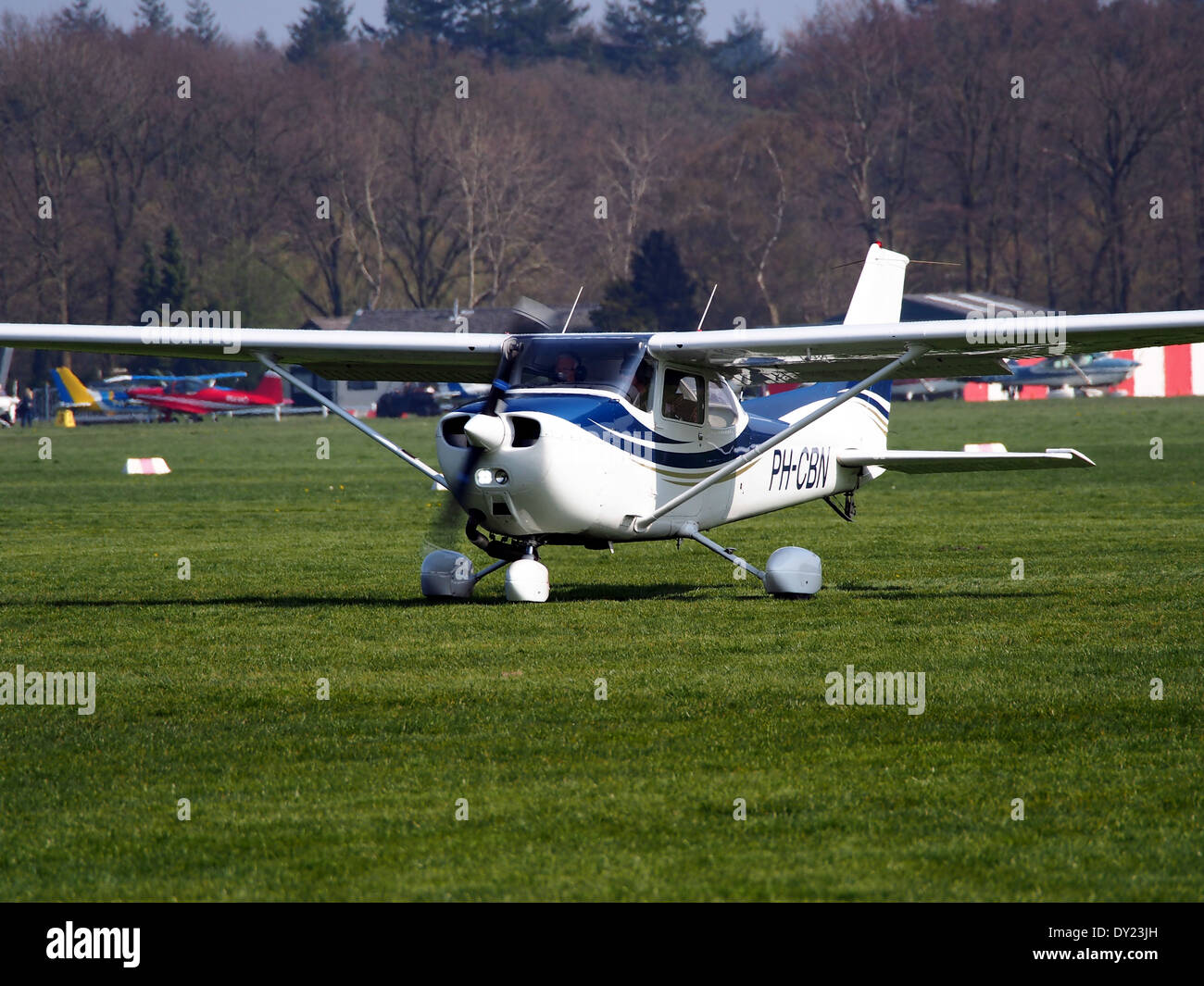 Maak een titel. PH-CBN, Reims F172N Skyhawk in rullaggio a Hilversum Aeroporto (ICAO EHHV), foto1 Immagini Stock