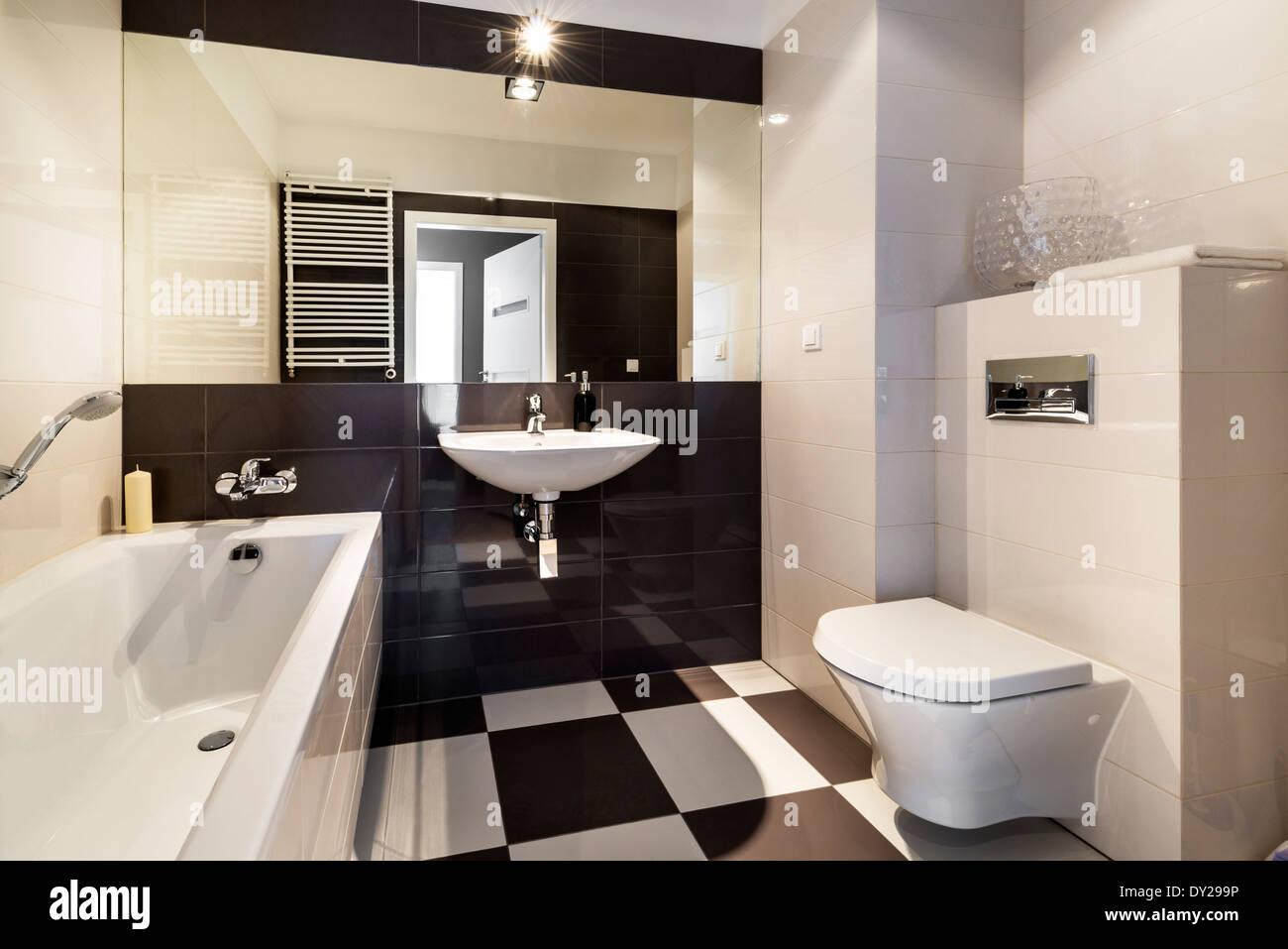 Bagno moderno interno classico con finiture in ceramica foto