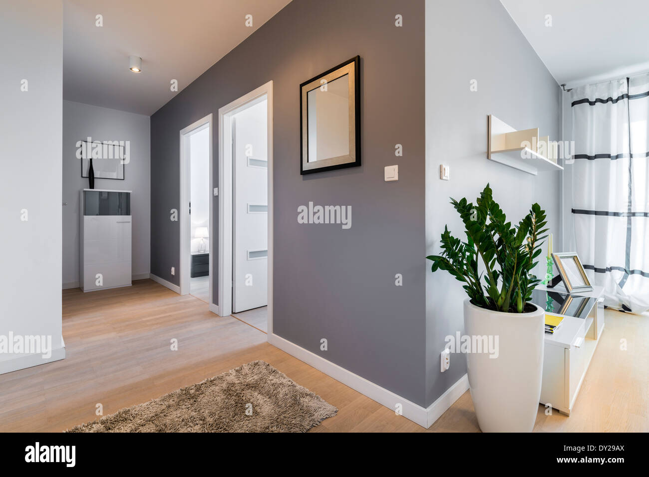 Pareti Grigie Salotto : Corridoio e soggiorno in appartamento moderno con pareti grigie foto